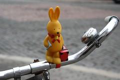 Osterhase auf Reisen... (julia_HalleFotoFan) Tags: felix gummi spielzeug fahrrad osterhase