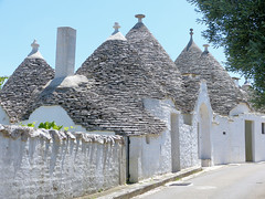 Ensemble de trulli, Alberorobello (Raymonde Contensous) Tags: trulli puglia italie alberobello pouilles