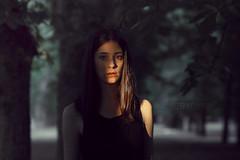 Los últimos rayos del sol. (PetterZenrod) Tags: adela portrait portraitphotography shadow light sun atardecer luz árboles petterzenrod eyes cute girl