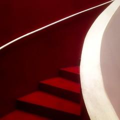 (zecaruso) Tags: larinascente scale stairs escaliers escalera rosso red rouge rojo iphone zecaruso zeca ze ze zequadro cicciocaruso explore