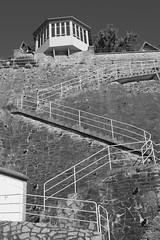Bow-window sur ocan (Bluefab) Tags: maison bowwindow falaise escalier blanc hauteur nikond5300 granville normandie