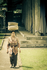 What a load! (robertofaccenda.it) Tags: trip travel vacation bali woman girl indonesia temple donna mujer asia chica wat viaggi holydays vacanze ragazza tempio sudestasiatico asiansoutheast puragunungkawisebatu gunungkawisebatutemple