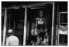 La pelona y el peln (vanitas callejero) (Eugenio Garca.) Tags: leica m3 kodak tmax ilfosol epsonv700 betterscanning streetphotography fotocallejera calavera skeleton elmar 5cm 28