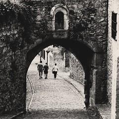 ... (csmfoto15) Tags: cantabria cuesta calle street antiguo pueblo pueblosdeespaa gente people caminando arco empedrado calzada sanvicentedelabarquera nikon nikond3300