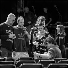 The dress rehearsal (John Riper) Tags: johnriper street photography straatfotografie capelle aan den ijssel ad square bw black white zwartwit mono monochrome netherlands candid john riper canon 6d l people discussion rehearsal dress tattoo chairs 70200 microphones platform podium buhne stage adidas drinks group band music