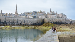 Day 908 (Hien Photography) Tags: child city lucie medieval mother sea saintmalo bretagne france fr