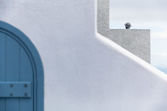 Lines and Head/Hat (One_Penny) Tags: aegean greece griechenland island santorin santorini canon6d travel gis people head hat lines curves minimal geometry composition abstract sky house door white blue clouds color