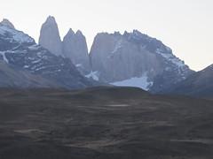 """Torres del Paine: trek du W. Jour 5: il est 19h et les Torres sont clairement visibles (du bus) ! Quelles sont vicieuses quand même ces Torres ! ;) <a style=""""margin-left:10px; font-size:0.8em;"""" href=""""http://www.flickr.com/photos/127723101@N04/30231613566/"""" target=""""_blank"""">@flickr</a>"""