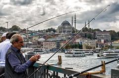 El pescador... (Leo ) Tags: pescador fisherman puente mezquita barcos embarcacin cielo sky mar sea arquitectura estambul turqua