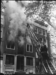 10-03-1949_06630 Brand Elandsgracht (IISG) Tags: amsterdam work uniform labor labour ladder werken brand brandweer arbeid occupations brandweerman professions beroepen benvanmeerendonk