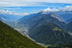 El valle - Suiza (bervaz) Tags: mountain clouds suiza sony nubes 18200 a100 montaas 18200mmf3556 dslra100