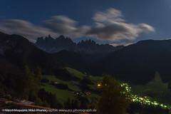 Nacht im Villnsstal (Sdtirol) photographiert mit Blick auf die Geislerspitzen - Night in Valle di Funes valley (South Tyrol) photographed with a view of Geislerspitzen (klausmoseleit) Tags: nacht jahreszeit sommer orte licht villnsstal alpen sdtirol