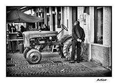 La piccola (Artico7) Tags: fiat piccola trattore tractor farm farmer old vintage powerful italian rivignano friuli udine festadeisanti 1novembre primonovembre bw blackwhite blackandwhite biancoenero monochrome fuji xe1 person leather jacket admiration admire street