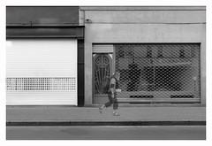 BRUXELLES, MAROLLES (Spaceopera) Tags: noir blanc monochrome nikon nikond610 bruxelles brussels brussel street streetphotography marolles rue chassee volet vitrine