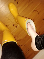 An exciting moment... (essex_mud_explorer) Tags: hunter yellow rubber wellington boots wellies wellingtons welly gummistiefel gumboots rainboots rainwear wellingtonboots hunterboots hunterwellies rubberboots barefoot barefeet