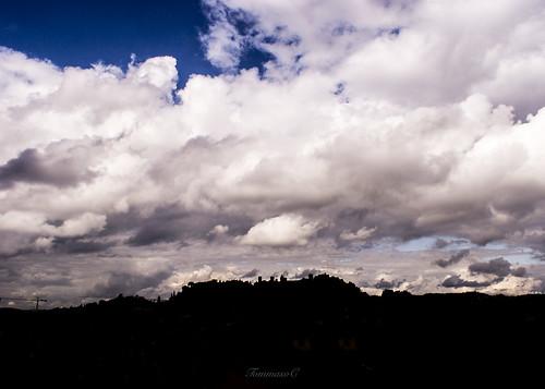 Nuvole, torri ed una gru.