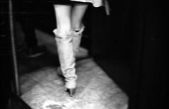 201411-09-M4P-400TX-NOCTILUX-35CRON-02 copy (maddoc2003jp) Tags: leica bw film japan night 50mm tokyo trix hc110 rangefinder f10 400tx noctilux unscharf rf 2014 m4p leitz 5063 5010 leicam4p strassenfotos  legsshinjuku