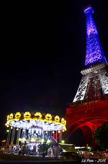La tour Eiffel rend hommage aux victimes de Nice en s'habillant du drapeau tricolore (La Pom ) Tags: paris tour eiffel dame fer drapeau tricolore bleu blanc rouge nation hommage nice attentats victimes