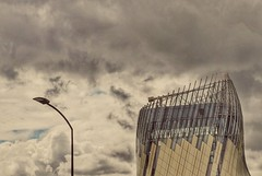 "theme ""Romeo et Juliette"" : Filo et Grassouillette..... (Isabelle Gallay) Tags: architecture archidesign citduvin urbain urban aquitaine gironde bordeaux lampadaire reverbere street streetlight streetphotography clouds nuages city ville fuji fujifilm fujix30"