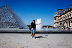 Louvre, 2016 (nelsongedalof) Tags: louvre selfie couple connected ricoh gr nelsongedalof streetphotography street streetphoto streetscene colorstreetphotography candidandstreetphotography citystreets contrast water jet fountain superposition
