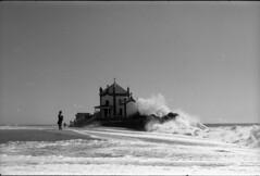 (vtor/covelo) Tags: praia nossa senhora da pedra pentax mx adox silvermax 100 portugal gaia agua capela black white