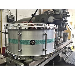 We have been loving the inlayed Aluminum Plate snare drums lately. 7X14 with a Turquoise Glass Glitter inlay. #qdrumco #aluminum