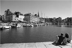 Au bord du quai. (Frdric B) Tags: port 6d canon bateaux couple amoureux bw t normandie honfleur nb vacances