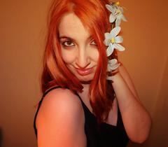IMG_2566 (Inspiracin dormida) Tags: girl redhair orange hair book pelirroja pelinaranja libro flores black