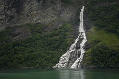 La lancha de Geiranger.... (Jose Cantorna) Tags: norway agua nikon paisaje noruega lancha fiordo geiranger cascada d610