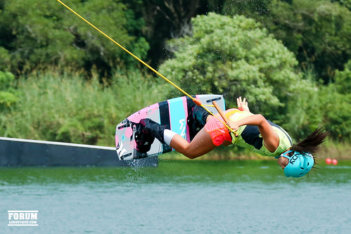 wakeboard wakeskate girl jump water ski board wake lake flight outdoor phuketian phuketphotographernet forumlinvoyagecom спорт девушка прыжок лыжи доска вэйк боард boar вода озеро море океан таиланд тайланд пхукет sport thailand phuket women extrem sea ocean samui krabi lanta pattaya helmet hair fairless fair droplet