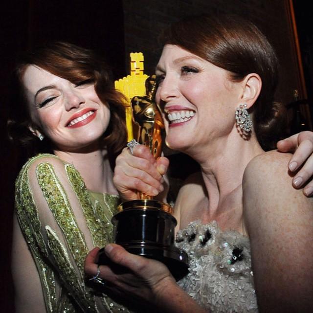 HAHAHA AI ESSA EMMA STONE. Ninguém avisa ela que o Oscar é de mentira, tá? Ela não levou a estatueta mas deixa ela nessa energia gostosa de ganhadoras com a Julianne Moore! Hahaha