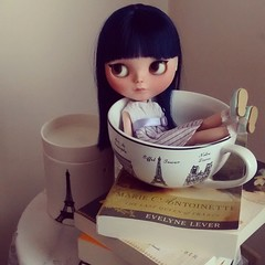 I found Oceane relaxing in Parisian style. #blythe #asianbutterflyencore #blythecustom #chantillylace
