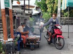 roadside service (the foreign photographer - ) Tags: dscjul312016sony food vendor selling roadside motorcycle customer money khlong bang bua scene street bangkhen bangkok thailand sony rx100