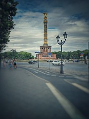 Siegessule Berlin (bennyschaefers) Tags: siegessule circle traffic cars sky clouds blue gold tree