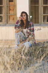 (Mishifuelgato) Tags: laura preventoro aigues busot retrato portrait photography alicante nikon d90 50mm 18 simetria imperfecta dinamica ventanas arbustos pose camisa cuadros