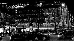 Parigi_100T (Dubliner_900) Tags: bw paris nikon nightshot biancoenero parigi notturno avenuedeschampslyses tamron1750mm28 d7000 handshold