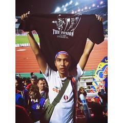 จบเกมส์ ทีมชาติไทยของเราชนะเสือเหลือง 2-0 สนุกมากๆครับวันนี้ ร้องเพลงจนคอแทบแตก ตอนยิงเข้ากระโดดดีใจกอดใครมั่วไปหมด555  ต้องขอขอบคุณพี่ๆชาวอุตรดิตถ์ เอฟซี ที่ให้เสื้อแฟนคลับผมด้วยนะครับ ขอบใจมากพี่ ไว้มีเวลาจะไปเชียร์ที่สนามหมอนไม้นะครับ    #AFFSuzukiCup