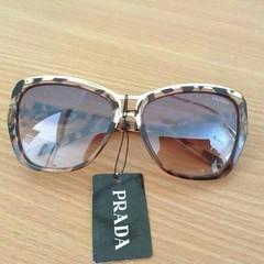 แว่นตากันแดด ® Prada        ราคา 650 ฿        รหัสสินค้า.281KK       ค่าจัดส่ง.ส่งฟรีแบบลงทะเบียน, EMS 50฿   Prada  กรอบลายเสือ  รุ่นสุดฮิต  สวยสุดๆ   กันแดด uv400 มีโลโก้ตรงเลนส์ ซองผ้า+ผ้า  (***ถ่ายจากสินค้าจริง)  📢 สอบถามข้อมูลเพ