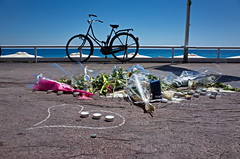Hommage aux victimes des attentas sur la Promenade des anglais  Nice.  Promenade des Anglais in Nice after the terrorist attacks of 14 July 2016.. (Chris, photographe de Nice (French Riviera)) Tags: nice frenchriviera attentatnice promenadedesanglais streetphotography photographiederue beachj mer plage