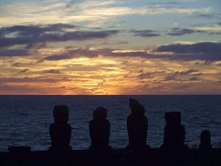 Hanga Roa, Coucher de soleil sur Ahu Vai Uri