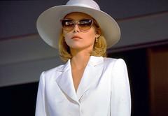 Scarface / Scarface (I love Charlize Theron) Tags: usa lady menschen hut brille elegant frau dame accessoires sonnenbrille schick eleganz lebewesen geschmackvoll kopfbedeckung eigenschaften vornehm gegenstaende damenhut fraumann kultiviert aeussereserscheinungsbild