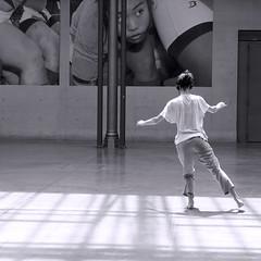 lgance (_ Adle _) Tags: paris le104 lgance danse rptition lve coleducirque exposition photos jeunephotographieeuropenne nb noiretblanc bw blackandwhite monochrome dedos backshot