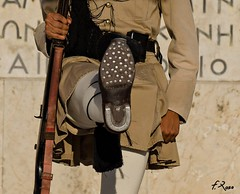 Soldado con herraduras (Fran Roso) Tags: soldados grecia atenas zapato herradura