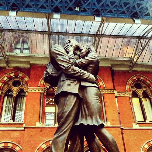 Lovers Statue in Eurostar terminal