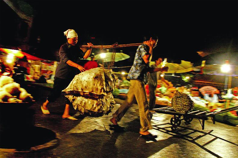 Người buôn bán ở chợ Long Biên