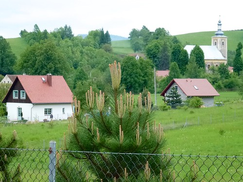 Zabudowania wsi Laskówka z kościołem św. Mikołaja