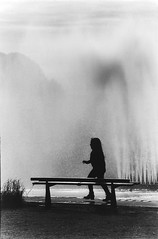 (intivisible) Tags: girl nia park parque fuente fountain water agua bench banco running corriendo correr run silhouette shadow sombra silueta figure figura film 35mm analogic analgica analog byn bn bw blackandwhite blancoynegro prakticamtl3