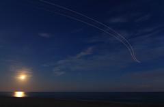 Vuelo nocturno (vic_206) Tags: trazosluminicos trails flight vuelo estelas night noche bcn lebl moon luna reflejo reflection canoneos60d tokina1116f28