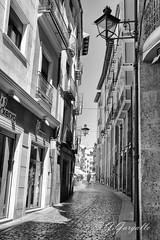 Una calle de Teruel (J.Gargallo) Tags: teruel aragn espaa spain eos eos450d canon canon450d canonefs18200 blancoynegro blackwhite blackandwhite byn bw