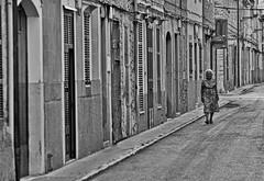 ALONE (Kai Beinert) Tags: schwarzweis mallorca streetphotography street blackandwhite nikon architektur architecture old style monochrome